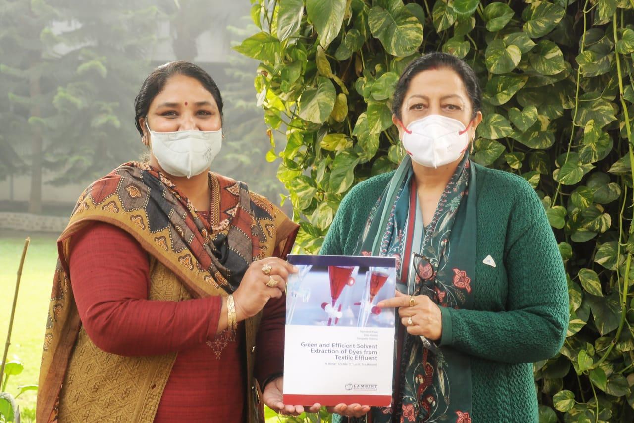 के.एम.वी. के डॉ. नरेंद्रजीत कौर की ग्रीन एंड एफिशिएंट एक्सट्रैक्शन ऑफ डाईज शीर्षक के अंतर्गत पुस्तक प्रकाशित